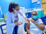 Idosos a partir dos 60 anos foram vacinados com a primeira dose da vacina nesta segunda-feira (26)Eu
